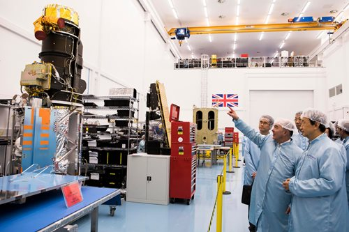 Sir Martin Sweeting with Vice Premier Ma Kai, viewing the SSTL-300S1 spacecraft, a one metre earth observation satellite