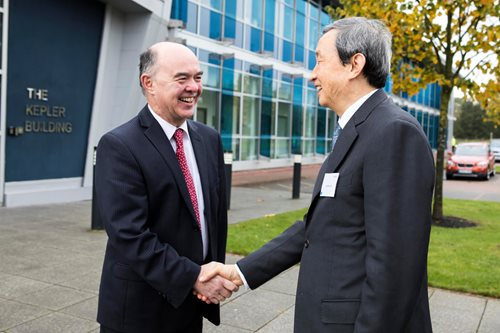 Sir Martin Sweeting welcomes Vice Premier Ma Kai to SSTL